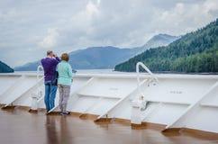 Los pasajeros del barco de cruceros miran hacia fuera para la vida marina Fotos de archivo libres de regalías