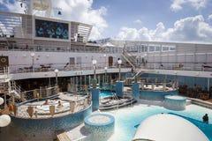 Los pasajeros disfrutan de un día en el mar en la cubierta superior del barco de cruceros Fotos de archivo libres de regalías