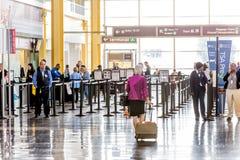 Los pasajeros en el TSA alinean en un aeropuerto Imágenes de archivo libres de regalías
