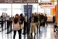 Los pasajeros en el TSA alinean en un aeropuerto Fotos de archivo libres de regalías