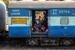 Los pasajeros en equipaje entrenan, ferrocarril indio, Jalgaon fotos de archivo