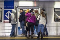 Los pasajeros en la plataforma del subterráneo alinean, en la ciudad de Sao Paulo Imagen de archivo