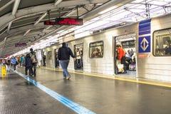 Los pasajeros en la plataforma del subterráneo alinean, en la ciudad de Sao Paulo Fotos de archivo