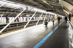 Los pasajeros en la plataforma del subterráneo alinean, en la ciudad de Sao Paulo Imagenes de archivo