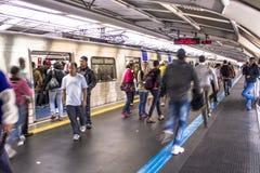 Los pasajeros en la plataforma del subterráneo alinean, en la ciudad de Sao Paulo Foto de archivo libre de regalías