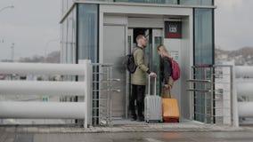 Los pasajeros están entrando dentro de la elevación en la plataforma ferroviaria al aire libre en d3ia almacen de video