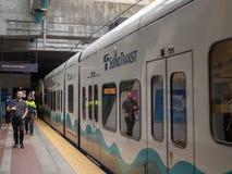 Los pasajeros fijaron para subir al tren sano del carril de la luz del vínculo del tránsito fotografía de archivo