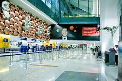 Los pasajeros llegan los contadores de enregistramiento Indira Gandhi International Airport Foto de archivo libre de regalías