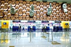 Los pasajeros llegan los contadores de enregistramiento Indira Gandhi International Airport Fotos de archivo