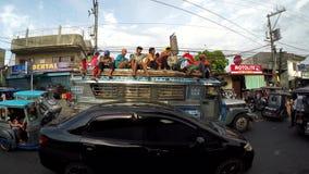 Los pasajeros montan peligroso encima de un jeepney almacen de metraje de vídeo