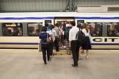 Los pasajeros no identificados caminan en tren de ferrocarril del aeropuerto de Suvarnabhumi Fotografía de archivo
