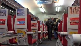 Los pasajeros que se acercan a la estación, y consiguen listos para salir del tren almacen de metraje de vídeo