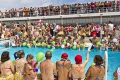 Los pasajeros se alinearon en el borde de la piscina Fotografía de archivo libre de regalías
