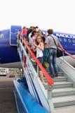 Los pasajeros suben la escalera para subir al dirigible fotos de archivo libres de regalías