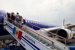 Los pasajeros suben la escalera para subir al dirigible imagenes de archivo