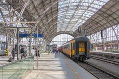 Los pasajeros suben a un tren imagen de archivo