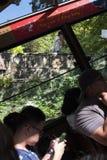 Los pasajeros toman el tranvía para ir encima de Victoria Peak fotos de archivo