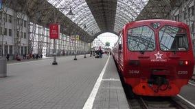 Los pasajeros vienen a la estación de Kievskiy en tren de Aeroexpress en la noche metrajes