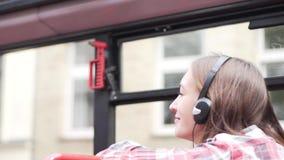 Los paseos de la muchacha en un autobús turístico metrajes