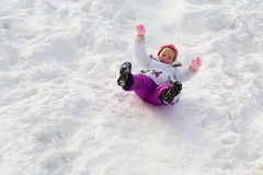 Los paseos de la niña de una cuesta del hielo foto de archivo libre de regalías
