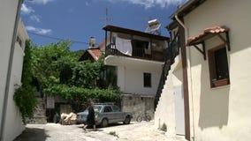 Los paseos de la señora de EldeRTy en la calle de se casan, Thassos, Grecia almacen de metraje de vídeo