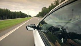 Los paseos del coche en el camino almacen de metraje de vídeo