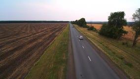 Los paseos del coche en la carretera almacen de metraje de vídeo