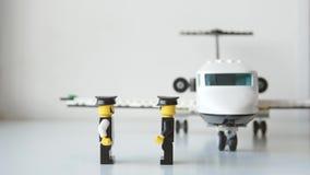 Los paseos del hombre de negocios del juguete a un jet paran el movimiento almacen de metraje de vídeo