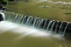 Los pasos artificiales hechos de la madera abren una sesión el río Tur de la montaña Las montañas cárpatas fotos de archivo