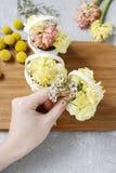 Los pasos de hacer decoraciones florales con la primavera temprana florecen: hy Imagenes de archivo