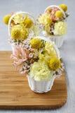 Los pasos de hacer decoraciones florales con la primavera temprana florecen: hy Imágenes de archivo libres de regalías
