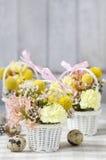 Los pasos de hacer decoraciones florales con la primavera temprana florecen: hy Fotografía de archivo