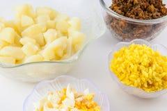 Los pasos de la preparación del plato colombiano tradicional llamaron las patatas rellenas imágenes de archivo libres de regalías
