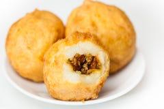 Los pasos de la preparación del plato colombiano tradicional llamaron las patatas rellenas foto de archivo