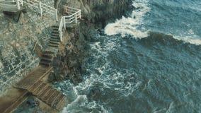 Los pasos de piedra llevan en el mar almacen de metraje de vídeo