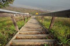 Los pasos de progresión con las verjas llevan abajo a una playa Fotos de archivo libres de regalías