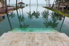 Los pasos de progresión de mármol amplios entran abajo en piscina Imagen de archivo