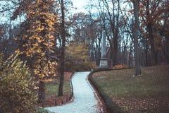 Los pasos en el parque nacional Sofiivka, Uman, Ucrania Bosque otoñal foto de archivo