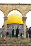 Los pasos a la bóveda de la capilla islámica Jerusalén de la roca Fotos de archivo libres de regalías