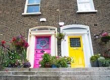 Los pasos llevan a las puertas coloridas del exterior dos de las casas de la terraza Imagen de archivo