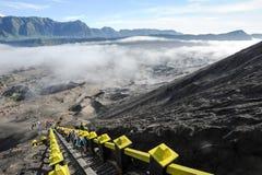 Los pasos que llevan al volcán del Mt Bromo en Java Foto de archivo