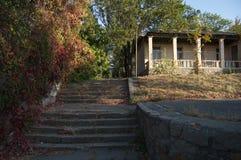 Los pasos que llevan a la casa de pioneros Imagen de archivo
