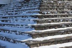 Los pasos se alinean con los morteros de piedra naturales del cemento del ajuste Foto de archivo