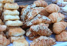 Los pasteles exhibieron Temptingly en el mercado del granjero fotografía de archivo
