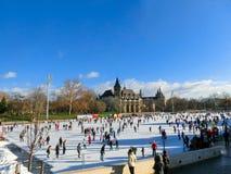 Los patinadores de hielo en parque de la ciudad patinan en Budapest, Hungría fotografía de archivo libre de regalías