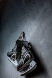 los patines pesan en la pared Fotografía de archivo