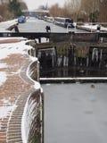Los patos en el hielo en Aldermaston se cierran con los barcos de canal y la pasarela en el canal de la distancia, de Kennet y de Fotografía de archivo