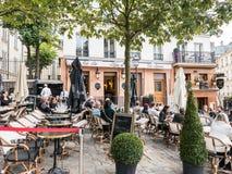 Los patrón se relajan en el patio exterior de la barra y del restaurante de Montmartre, Imagen de archivo libre de regalías