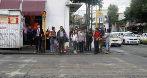 Los peatones aguardan para cruzar la calle en Toluca México imagen de archivo