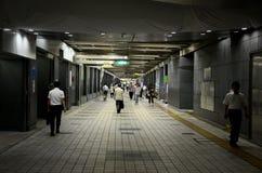Los peatones caminan a través del túnel subterráneo en la estación Tokio Japón de Shinjuku Fotografía de archivo libre de regalías